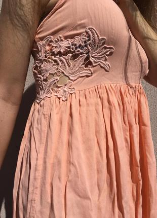 Летнее платье с вырезанными узорами1