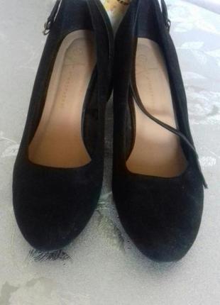 Красивые туфли с лаковым каблуком