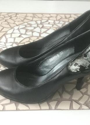 Чёрные кожаные классические туфли