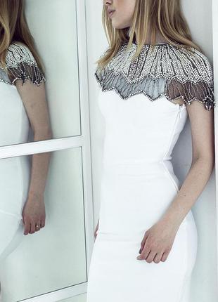 Нарядное облегающее бандажное белое платье футляр со стразами бусинами herve leger