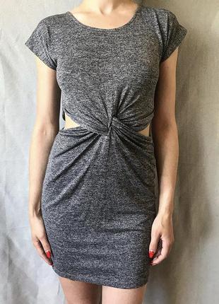 Классное серое платье с вырезами по бокам