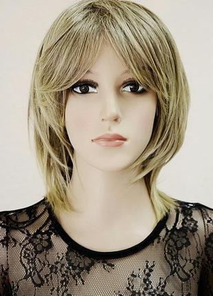 Парик короткий удлиненный светло-коричневый блонд мелированный