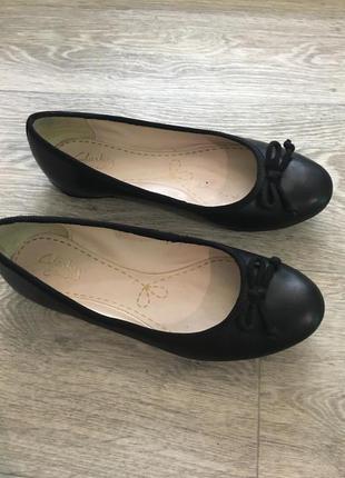 Чёрные кожаные балетки clarks