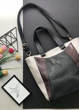 Вместительная серая с чёрным сумка с короткими и доиной ручкой под кожу