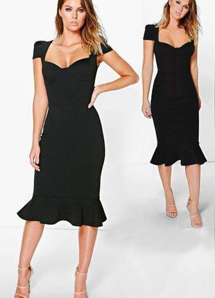 Черное платье boohoo с оборкой и вырезом сердечком с сайта asos s m