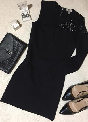 Чёрное приталенное платье с одним рукавом
