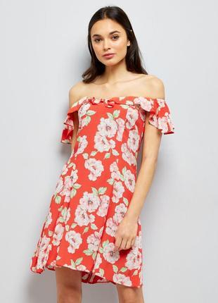 Легкое летнее платье с открытыми плечами и оборками в цветах, сарафан