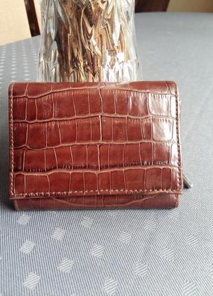 Красивый коричневый кошелек в новом состоянии экокожа