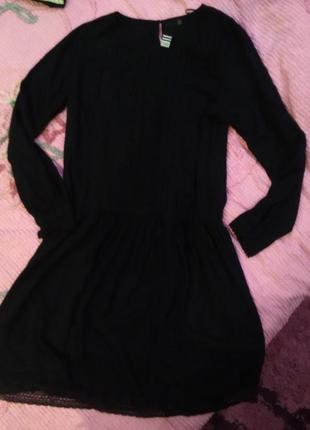 Черное  платье с вишивкой и с заниження талией