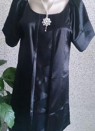 Черное атласное платье свободного кроя шведского бренда gina tricot