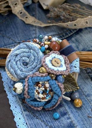 Женская брошь ′деним′, джинсовая брошь, брошь ручной работы, вязаная брошь бохо