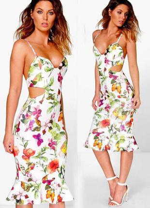 Платье boohoo с вырезами, полуоткрытой спиной и оборкой по подолу с сайта asos