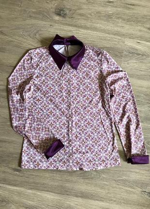 Трикотажная блузка с атласным воротником