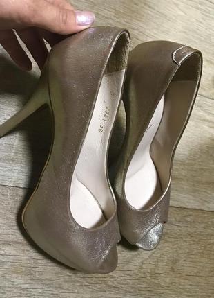 Шикарные туфли на высоком каблуке золотые
