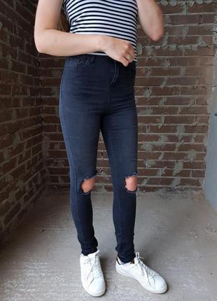 Черные скинни джинсы с рваностями