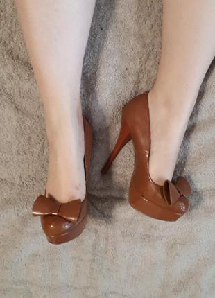 Лаковые туфли шоколадного нюдового цвета кожаная стелька