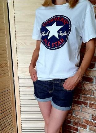 Классная белая футболка с принтом converse