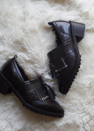 Нереально крутые лаковые туфли с кисточками и острым носом