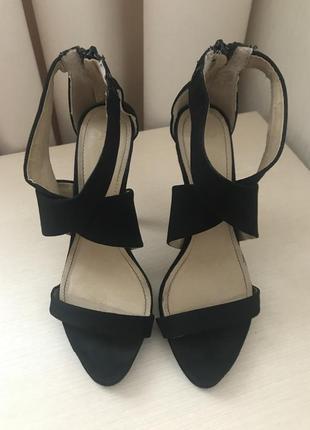 Чёрные босоножки на каблуке под замш