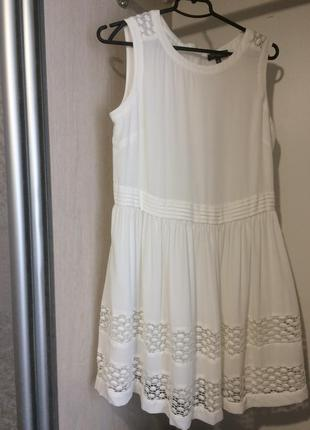Коротка біла сукня для особливої події
