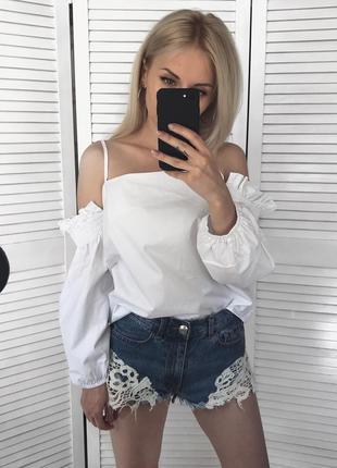 Білосніжна хлопкова блузка на плечі