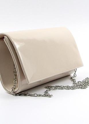 Бежевая лаковая вечерняя маленькая сумка-клатч через плечо