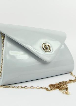 Белая маленькая вечерняя лаковая сумка-клатч через плечо