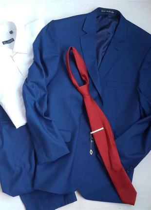 Классический костюм модного цвета