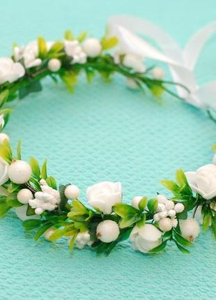 Белый венок веночек на голову с цветами и зеленью
