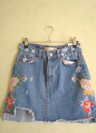 Джинсовая юбка с вишевкой