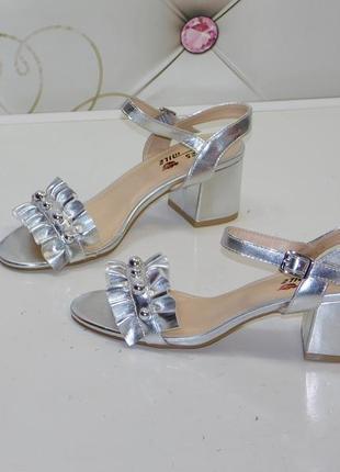 Босоножки серебряного/ серого цвета с драпировкой на каблуке, размер  37