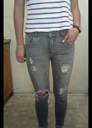 Узкие джинси skinny с дырками.
