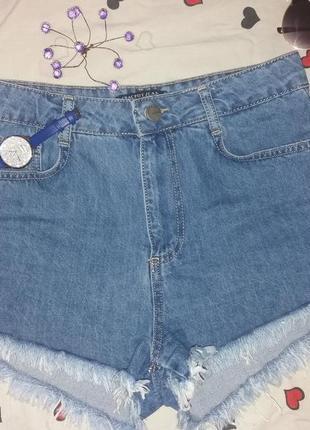 Короткие джинсовые шорты с высокой посадкой