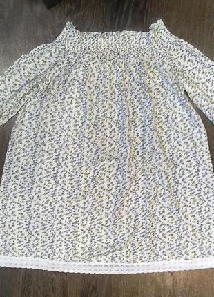 Летнее платье с открытыми плечами оборками и кружевом