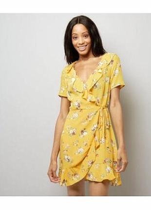 Яркое актуальное платье на запах из вискозы, сарафан в цветах с оборками