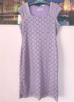 Невероятное кружевное платье трендового цвета