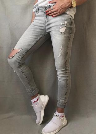 Серые джинсы скини zara