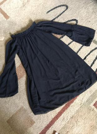 Платье чёрное со спущенными плечами