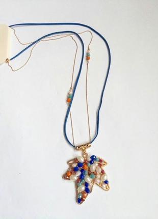 Длинная подвеска на веревочке с кулоном, с медальоном украшенным камнями