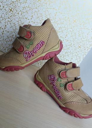 Качественные кроссовки для девочки.