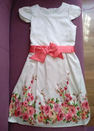 Красивое летнее платье с цветочным принтом