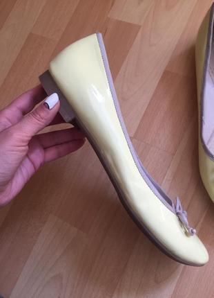 Желтые туфли балетки clarks