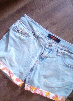 Короткие джинсовые шорты из светлого денима