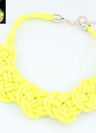 Желтое плетеное колье
