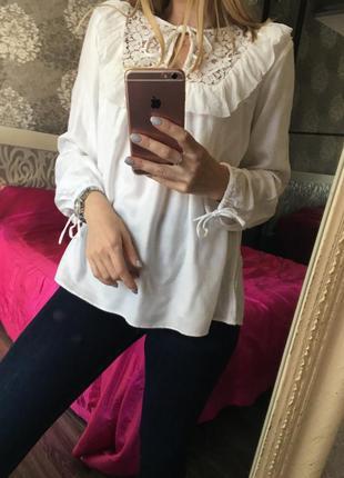 Блузка с кружевом и рюшей