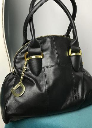 Изящная сумка, интересная форма, кожа