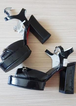 Босоножки уценка лакированные, черные, открытый носок