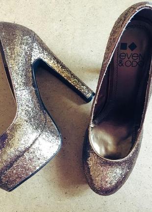 Золотистые туфли на высоком каблуке