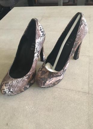 Новенькие брендовые туфельки для стильного лука
