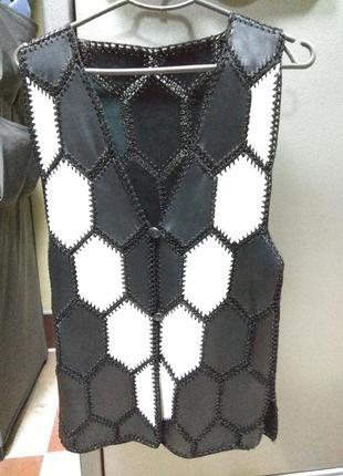 Кожаная жилетка с кусочков черно-белая